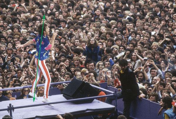 Mick Jagger 1982-ben felfelé ugrál a színpadon, fáradhatatlan, dinamikus