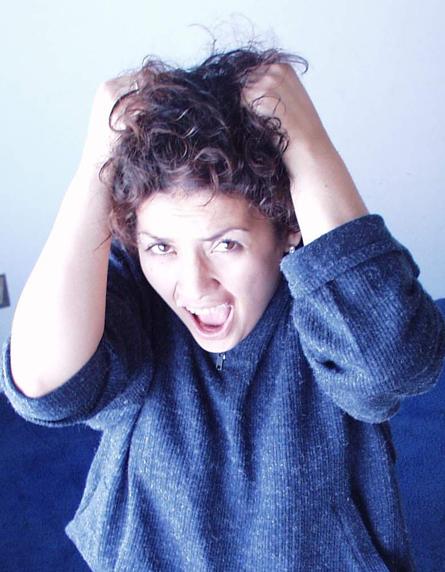 Kimerültségtől szenvedő, hajáttépő nő