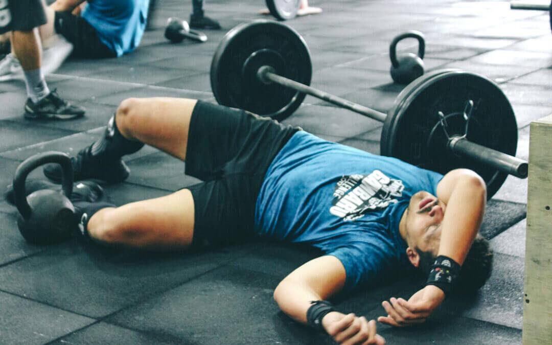 Fáradt, kimerült sportoló a földön fekszik