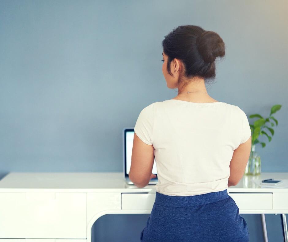 Kiegyensúlyozott testtartásban űlő hölgy a laptop előtt