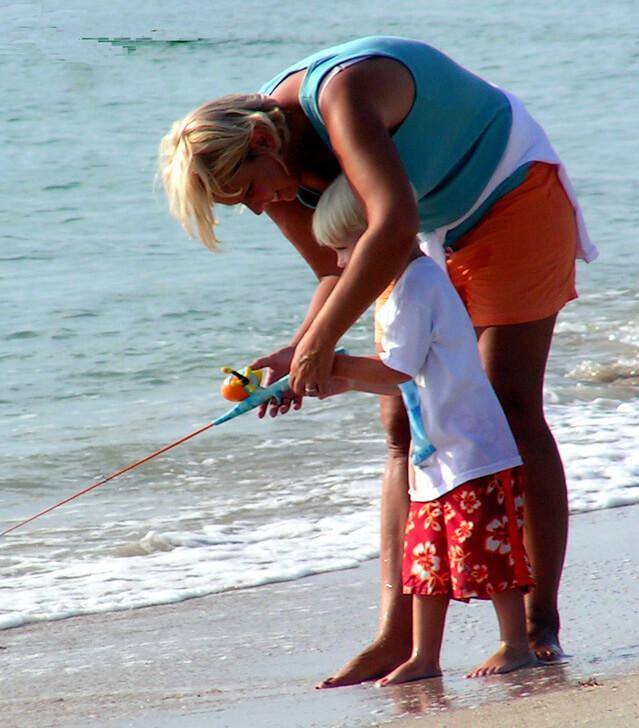 hajlott hátú anya segít gyermekének